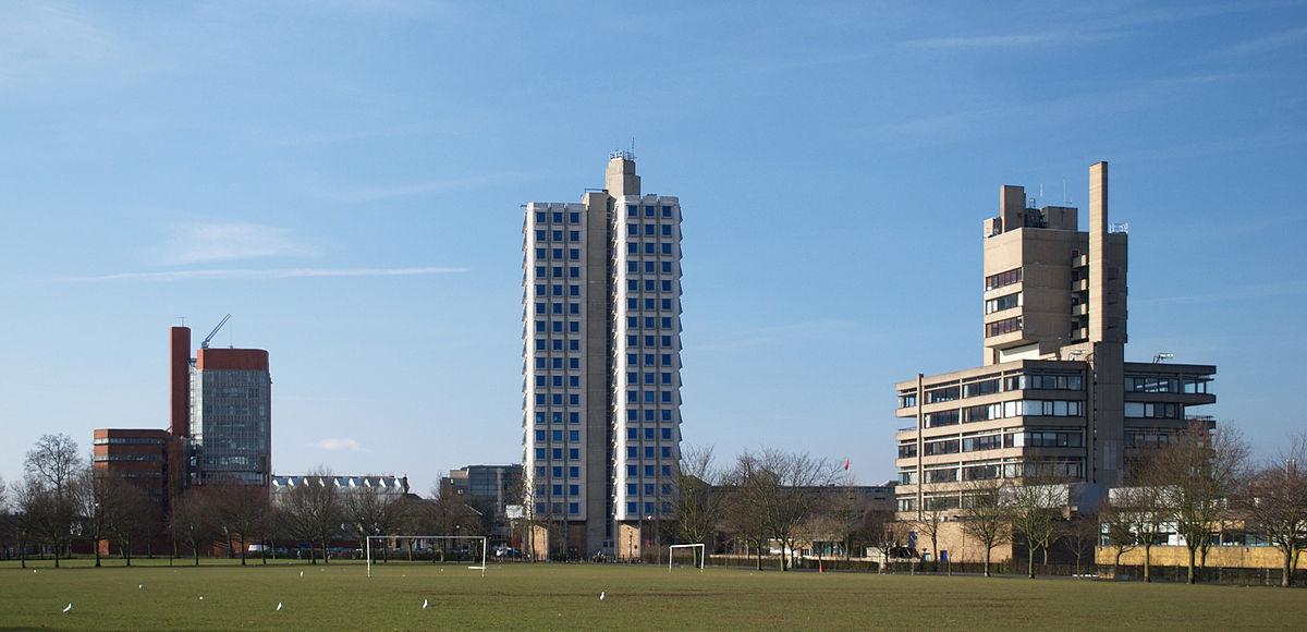 从维多利亚公园处所看到的莱斯特大学(左边是工学院楼,中间是Attenborough塔,右边是Charles Wilson楼)