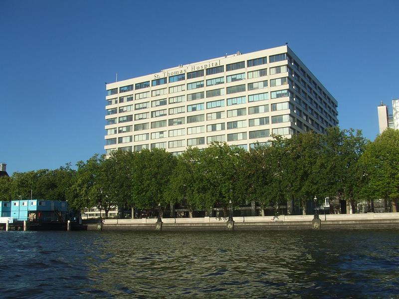 从泰晤士河上眺望圣托马斯医院(在圣托马斯校区)