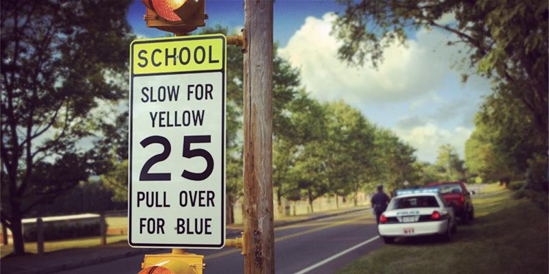 第一题答案:NO!在School Zone内任何时候都不可以停车(除非紧急状况和身体不适),否则将罚款$311并扣2分。 第二题答案:NO!超速小于10km/h--大于45km/h者,罚款$182-$2400并扣2-7分。 第三题答案:Yes!任何时候在残疾人车位违规停车的,罚款$519,并扣1分. 第四题答案:NO!在SchoolZone闯了红灯要被扣4分并罚$519。 第五题答案:NO!看到黄灯时,在安全的情况下车辆必须停下来。  第六题答案:NO!在澳大利亚,副驾驶也是不允许玩手机和ipad的,如果在schoolzone被抓到,是要罚款$415并扣4分的。 第七题答案:NO!拿L牌和红P的新手任何情况下都绝对不能使用手机,蓝牙等都不可以,否则将罚款$415并扣4分。在这里,肯定有准备在澳洲留学开车的小伙伴会问,什么是红P和L牌,别着急,我们在文章底会详细介绍。 第八题答案:NO!出转盘不论你往哪边都是要打左灯哒! 第九题答案:Yes!BusZone、ChildrenCrossing、斑马线停车或靠近这些地方停车统统不被允许。 第十题答案:贴心的小易准备的送分题,当然是Yes