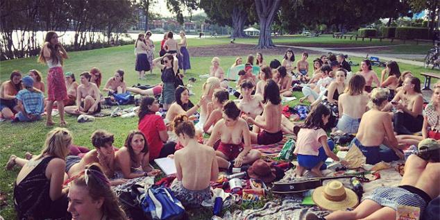 尺度逆天 澳洲女性赤裸上身公园野餐