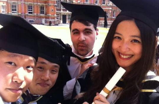 如何进行英国留学本科费用查询?一年大概约合人民币15万元